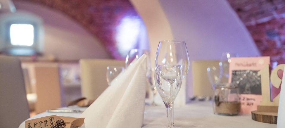 Gedeckter Tisch für eine Hochzeit am Schloss Möhler