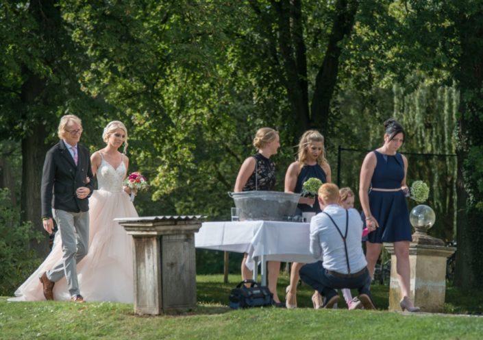 Brautvater führt Braut zur freien Trauung Location Schloss Möhler