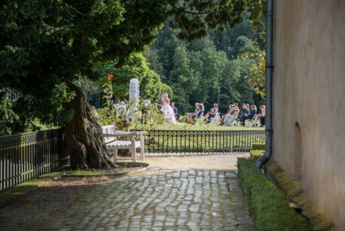 Weg seitlich am Schloss Hochzeit Möhler