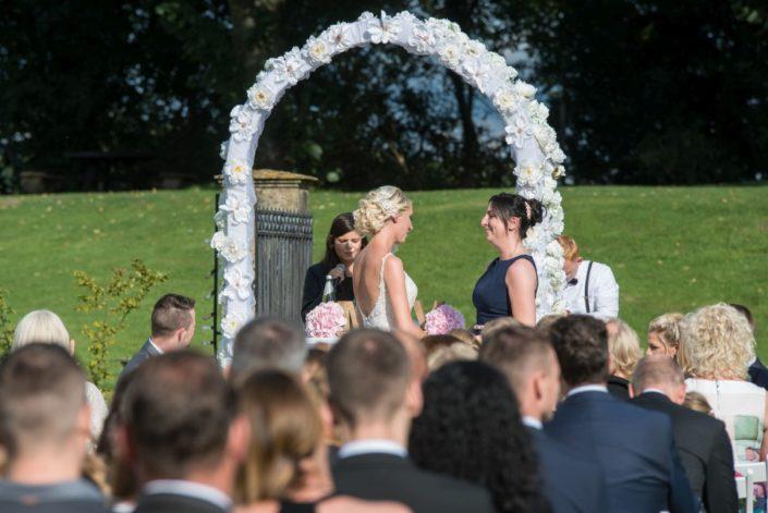 Braut und Trauzeugin auf Schloss Möhler