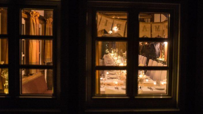 Blick durch das Gesindehuis Fenster auf die Hochzeitstafel auf Schloss Möhler