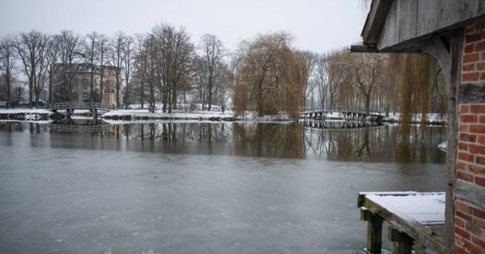 Eisfläche am Schloss Möhler