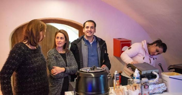 Claudia Zumbansen, Selma & Orhan Savci am Waffelstand am Schloss Möhler