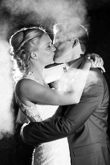 Braut und Bräutigam küssen sich - Webseite Schloss Möhler