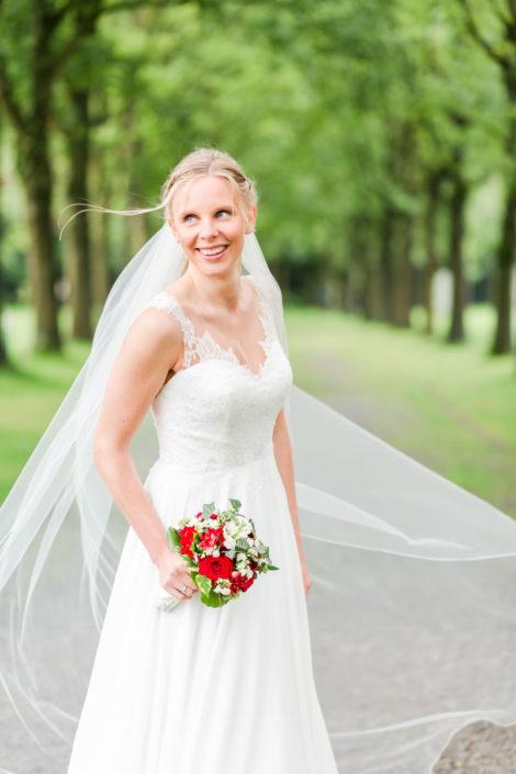 Braut auf der Allee an der Location Schloss Möhler