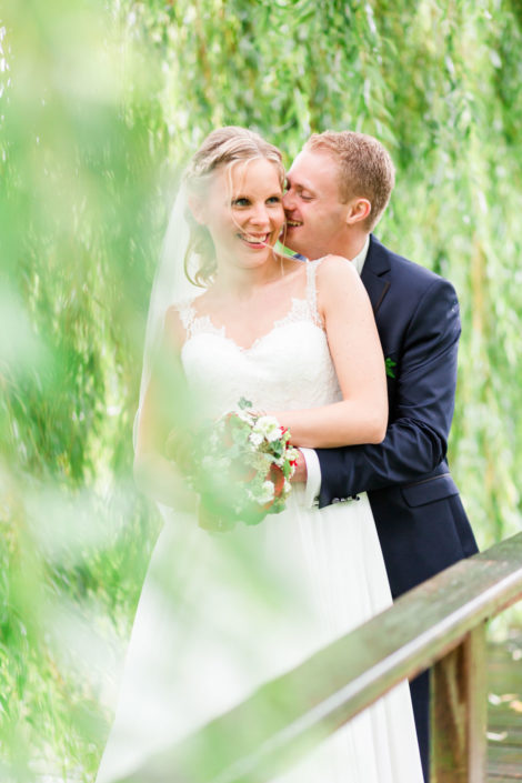 Brautpaar auf Brücke auf Schloss Möhler