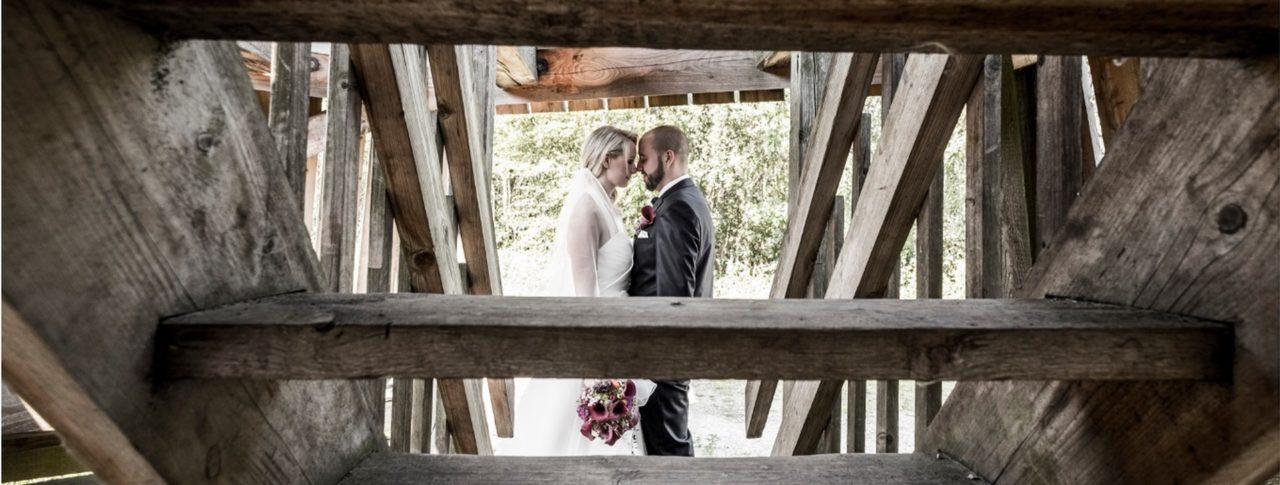 Hochzeitspaar unter Treppe Webseite Schloss Möhler