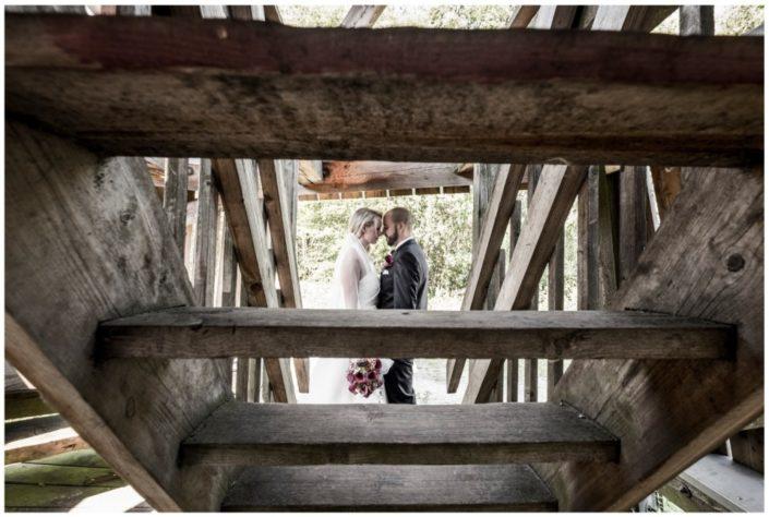 Hochzeitspaar hinter Holztreppe - Website Location Schloss Möhler