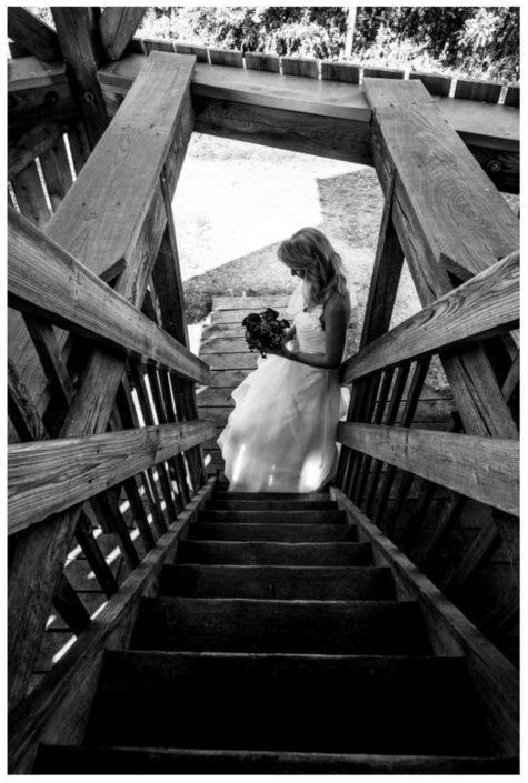 Braut am Fuße einer Holztreppe - Website Location Schloss Möhler