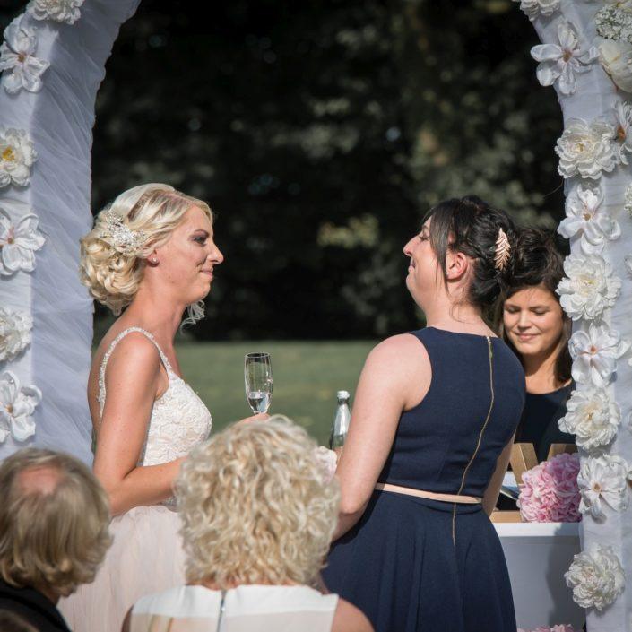 Braut und Trauzeugin bei einer freien Trauung Location Schloss Möhler