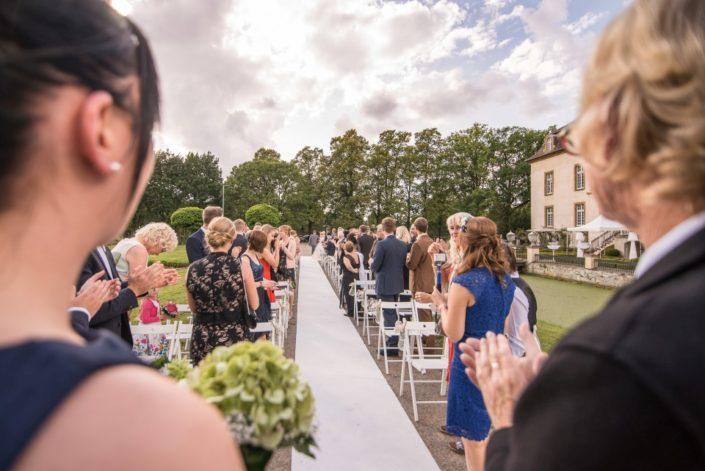 Gasse für den Hochzeitsmarsch Location Schloss Möhler