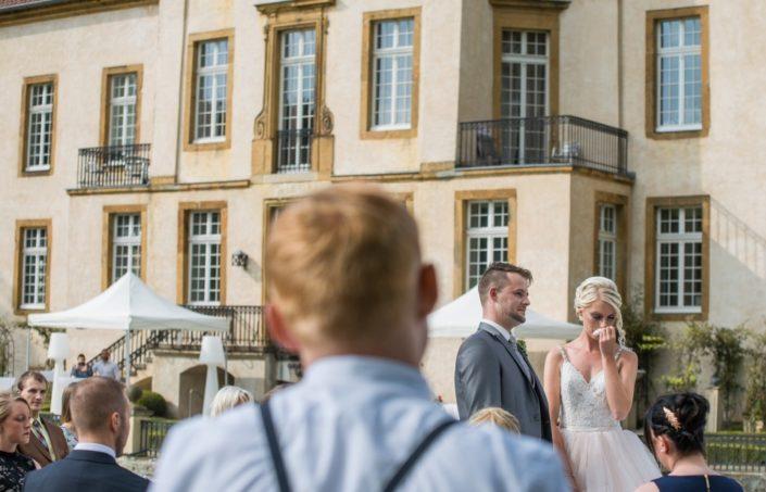 Braut weint bei einer freien Trauung Location Schloss Möhler