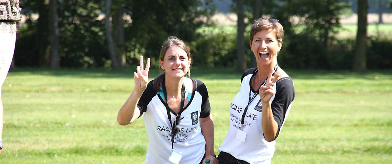 Zwei Frauen mit Spaß auf Rasen am Schloss Möhler