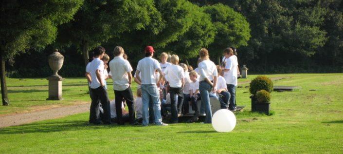 Menschengruppe auf Rasenfläche auf Schloss Möhler