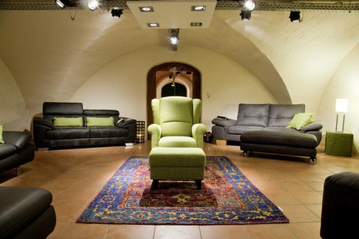 Sofa-Ausstellung im Gewölbekeller der Location Schloss Möhler