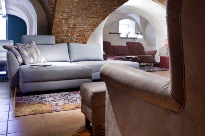 Sandfarbene und graue Sofas im Gewölbekeller der Location Schloss Möhler