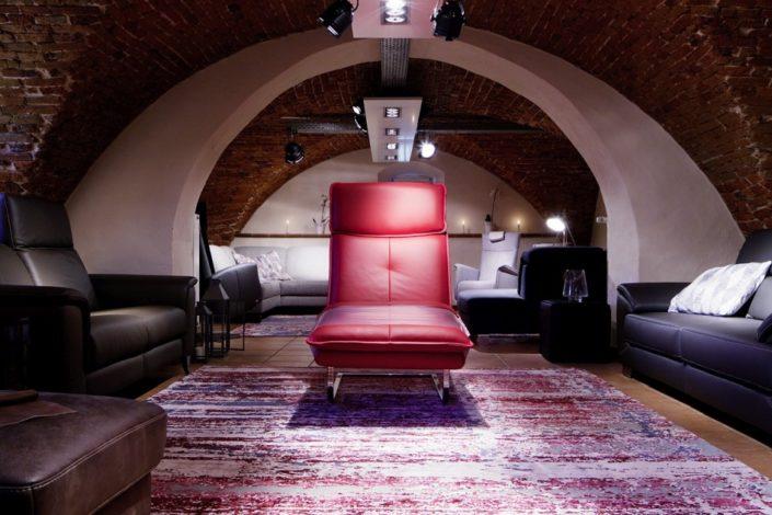 Rotes Einzelstück im Gewölbekeller der Location Schloss Möhler
