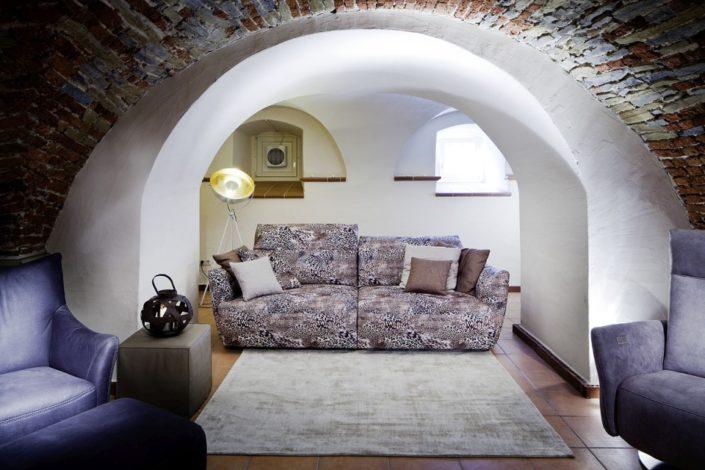 Sofa im Leoparden-Look im Gewölbekeller der Location Schloss Möhler