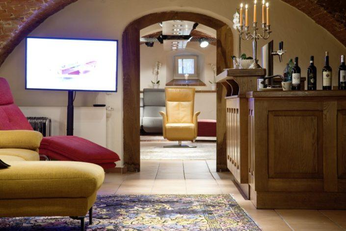 Theke und Sitzmöbel im Gewölbekeller der Location Schloss Möhler