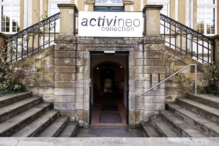 Eingang Freitreppe mit Logo activineo am Gewölbekeller der Location Schloss Möhler