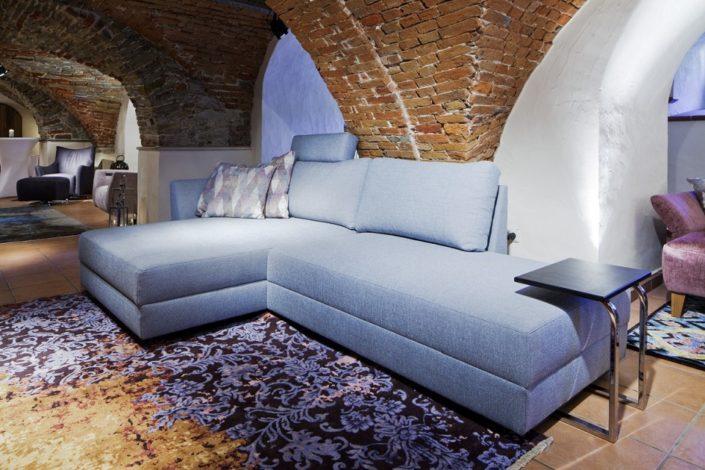 Blaue Sofas im Gewölbekeller der Location Schloss Möhler