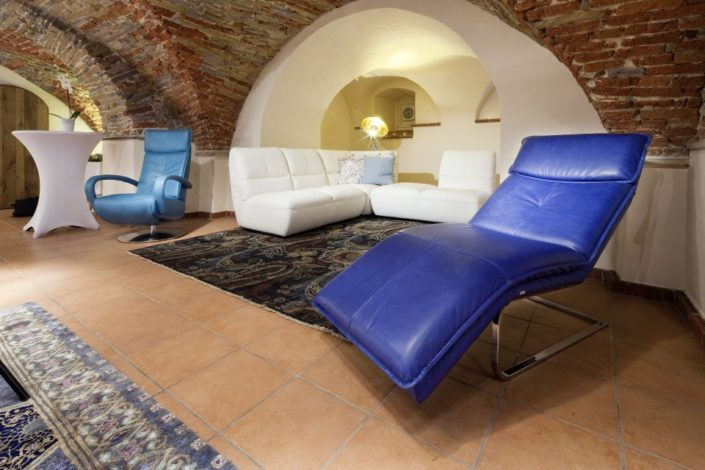 Blaue und weiße Sofas im Gewölbekeller der Location Schloss Möhler