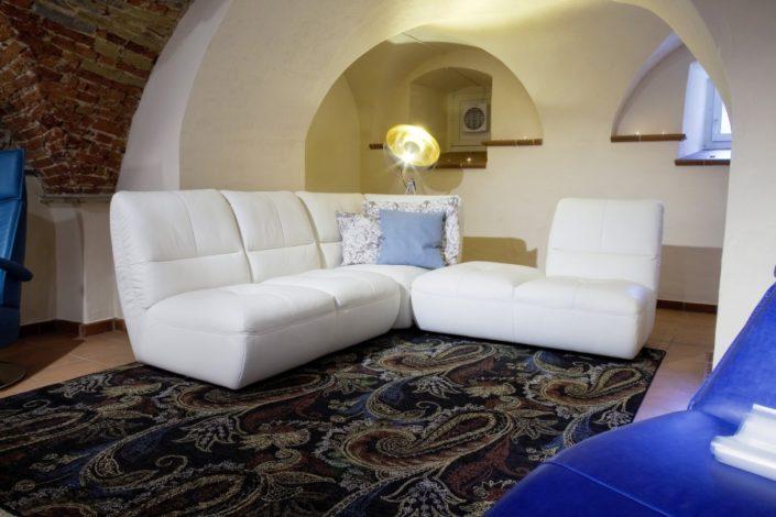 Weiße Sitzgarnitur im Gewölbekeller der Location Schloss Möhler