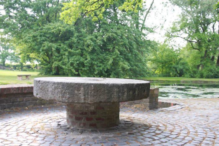 Mühlenrad-Tisch auf der Sonnenterrasse am Gesindehuis auf Schloss Möhler