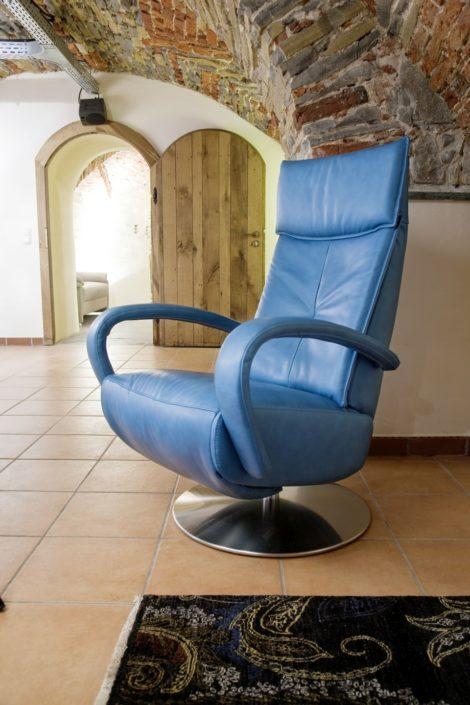 Blauer Relaxsessel im Gewölbekeller der Location Schloss Möhler