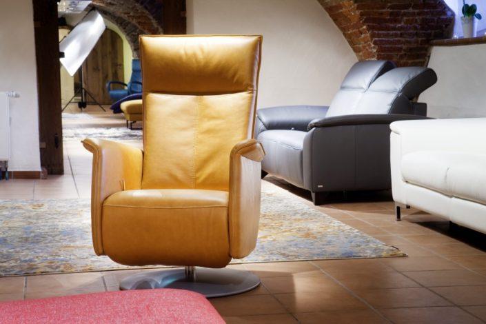 Zimtgelber Relaxstuhl im Gewölbekeller der Location Schloss Möhler