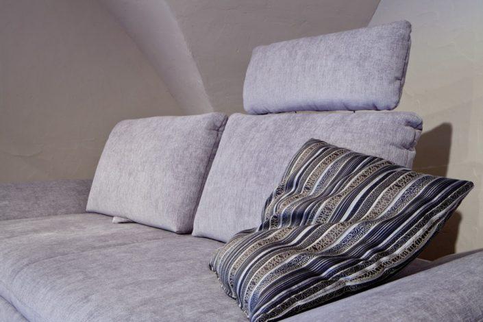 Graue Sofas im Gewölbekeller der Location Schloss Möhler