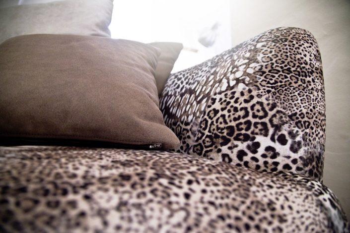 Leoparden-Look Sofa im Gewölbekeller der Location Schloss Möhler
