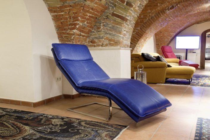 Blaues Sofa im Gewölbekeller der Location Schloss Möhler