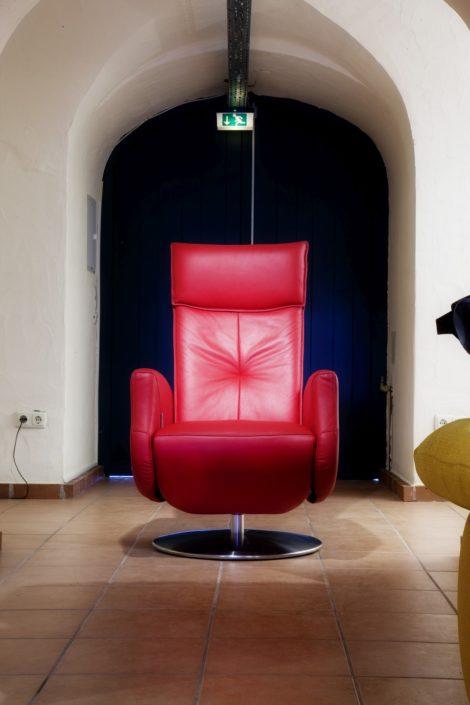Roter Relaxsessel im Gewölbekeller der Location Schloss Möhler
