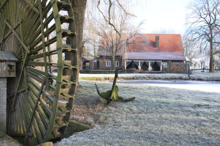 Wasserrad vor Gesindehuis auf Schloss Möhler im Winter