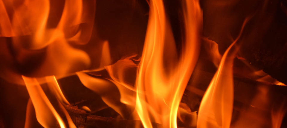 Flammen eines Feuers auf Schloss Möhler