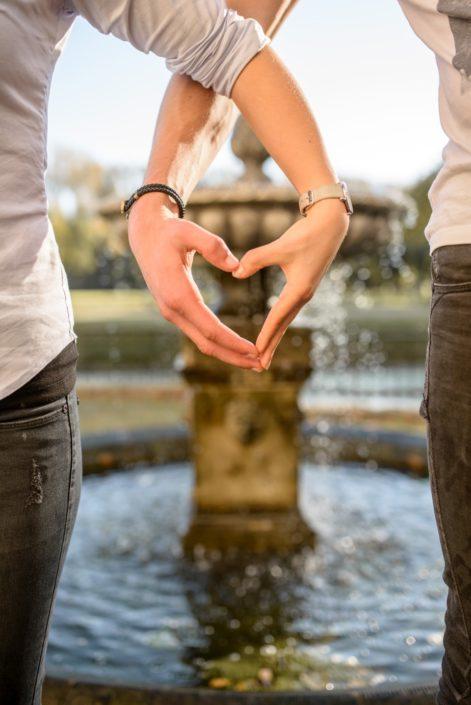 Hände zum Herz vor Brunnen auf Schloss Möhler