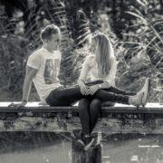 Pärchen lachend auf Brücke sitzend auf Schloss Möhler