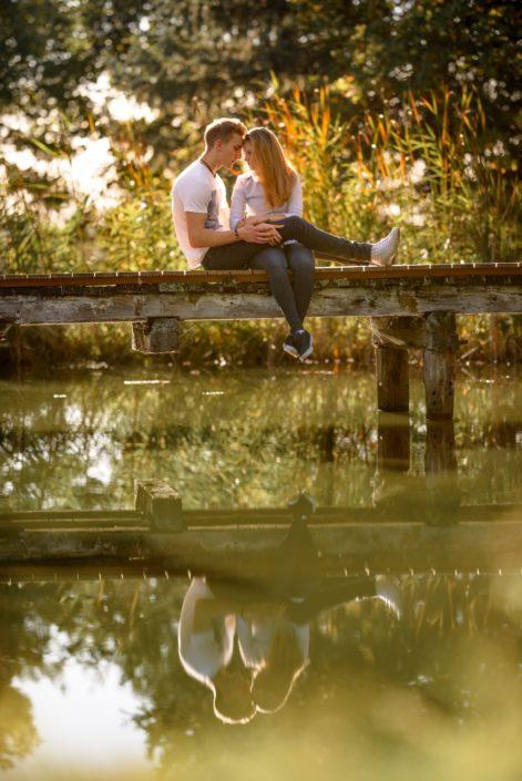 Pärchen schmusend auf Brücke sitzend auf Schloss Möhler