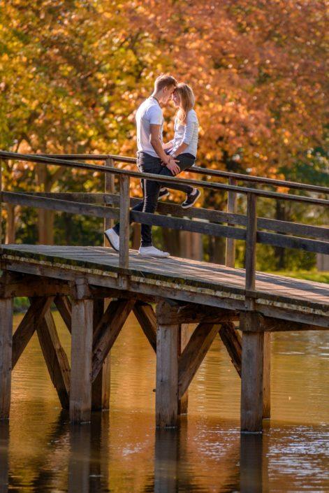 Junges Paar schmusend auf Brücke auf Schloss Möhler