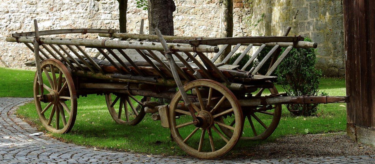 Alter Leiterwagen vor Schloss Möhler