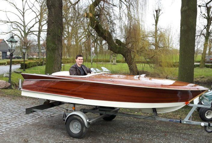 Junger Mann im Oldtimer Boot am Gesindehuis Schloss Möhler