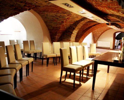 Gewölbekeller mit Bestuhlung auf Schloss Möhler