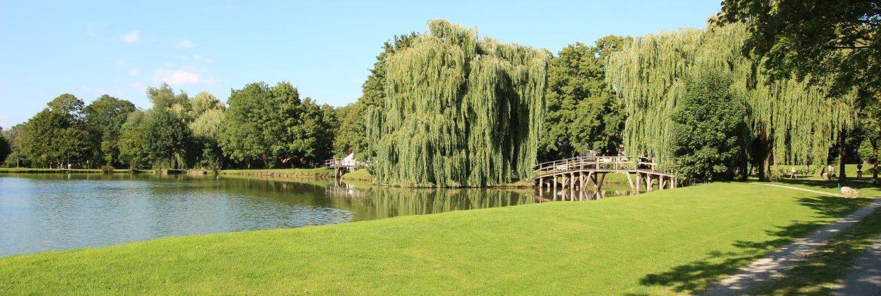 Schlosspark mit Brücken und Wasserflächen am Schloss Möhler
