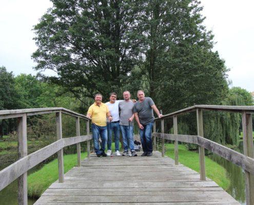 Männer (Junggesellenabschied?) auf der Brücke am Schloss Möhler